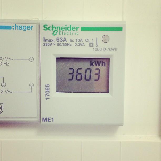 3603 kWh för ett års uppvärmning och varmvatten!!!! Vi har idag varit och hälsat på hos en familj som vi byggt passivhuset EcoEko vinkel åt för exakt 1 år sedan. De hade fått ordning på deras tomt som nu är magisk fin och minst lika imponerande är deras förbrukning av energi. Kalkylen visade på att  det 134 kvm stora vinkelhuset skulle förbruka så lite som 3790 kWh, men efter ett år kan familjen konstatera att det blev ännu bättre.#energi #passivhus #höllviken #emrahus #otroligt