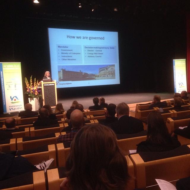 Passivhus Norden - Konferens i Göteborg.För att nå Svenska målet om att sänka energiförbrukningen med 50% till 2050 måste, utöver nybyggnation av passivhus, 70 000! lgh energirenoveras varje år.#passivhusnorden #konferens #emrahus #passivhuscentrum