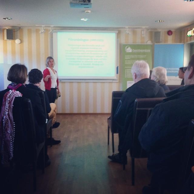 Nästa på scen har vi Eva Jernnäs, energi- och klimatrådgivare. Dagen fortsätter lika bra som den började med bra frågor från intresserad publik! #passivhus #passivhuskonferens #kallfors #emrahus