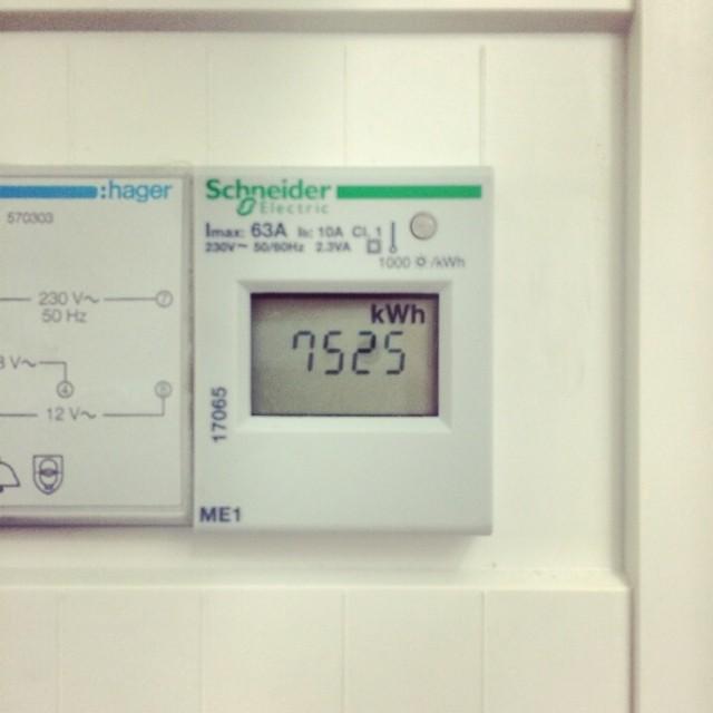 Emrahus passivhus håller måttet! I juni 2013 gjorde vi återbesök i passivhuset vi byggt i Höllviken, då visade årsförbrukningen på ynka 3603 kWh. Ett år senare i juli 2014 visar mätaren på 7525 kWh! En otroligt låg siffra som vi är mycket stolta över! Huset är ett vinkelhus på 134 kvm från vår serie EcoEko. #energi #passivhus #höllviken #emrahus #otroligt #återbesök