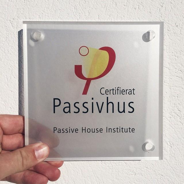 Denna skylten sitter nu på vårt LSS-boende i Gävle som blev certifierat i höstas! #emrahus #passivhus #lss