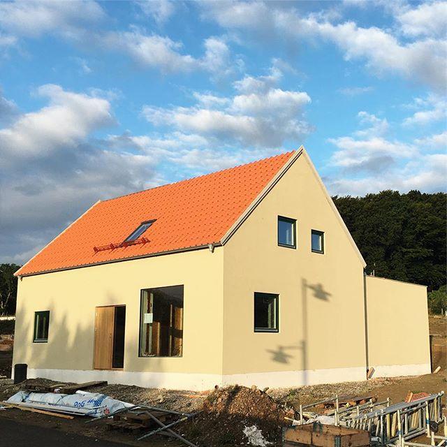 Byggnadsställningarna är borta från ett av husen i Arild!