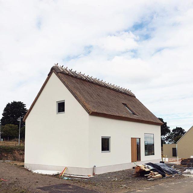 Det andra huset i Arild har nu också blivit av med sina byggnadsställningar!#blossalyckan #vasstak #passivhus
