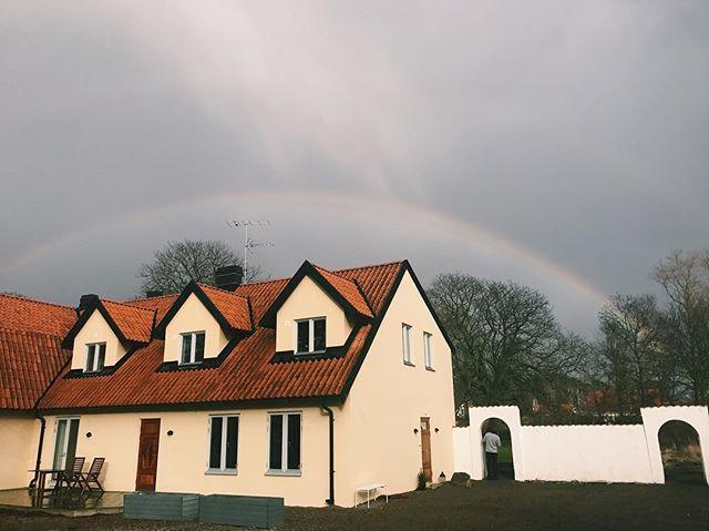 Tjusig regnbåge som ramar in Flygeltofta Gård just nu!