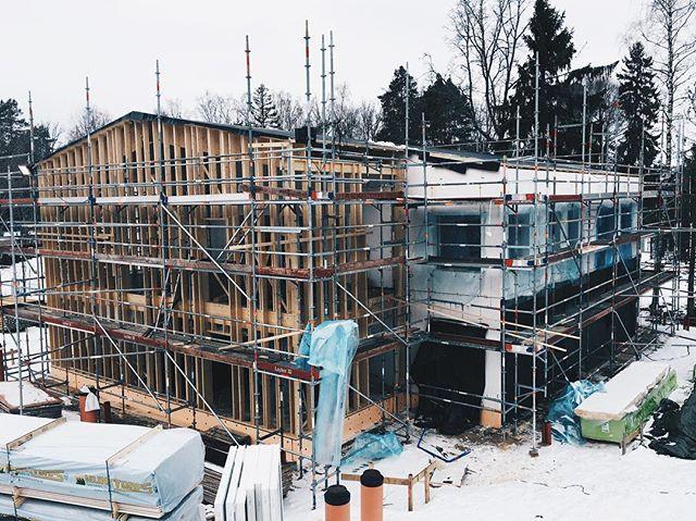 I Västerås bygger vi vårt 2-planstyphus för första gången! Just nu jobbar dem med att montera fönster och få tätt hus. Provtryckning kommer ske inom två veckor. Spännande!