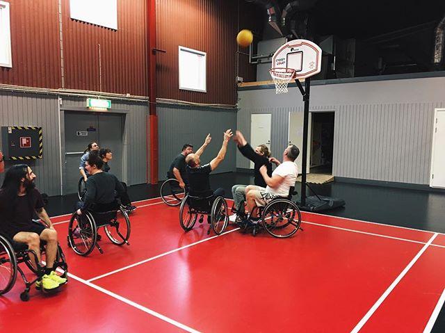 Idag har vi testat rullstolsbasket. Det var väldigt roligt! Stort tack till Pelle från Alla Kan för att du kom från Ängelholm och lät oss prova på detta!